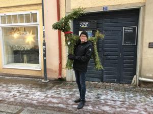 Lasse Westin med den återfunna bocken. Nu vädjar han till allmänheten att leta efter resten av dem. Foto: Falu kommun