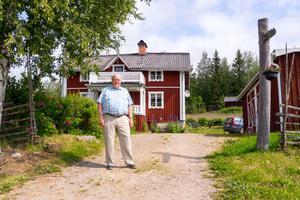Hemgården är också platsen där Göte Olingdahl föddes. Han och hustrun bor inte där permanent, men tillbringar hela somrarna och stora delar av vintrarna i bostaden.