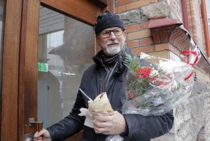 Peter Springare, Örebropolisen brottsutredare, har både hyllats och kritiserats efter sitt uppmärksammade Facebookinlägg där han nämnde flera utländska förnamn som, enligt honom, förekom i förra veckans brottsutredningar i Örebro.