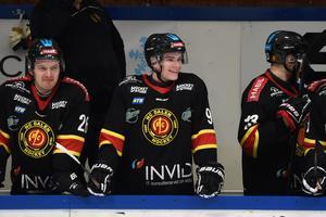 Kristian Røjkås Marthinsen (i mitten, nummer 90) fortsätter spela ishockey i HC Dalen även nästa säsong.