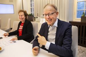 ABB:s presschef Christine Gunnarsson tillsammans med Johan Söderström under intervjun med tidningen.
