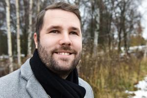 Johan Djos, bördig från Mora, började jobba som personlig assistent i Karlstad och fastnade för yrket.