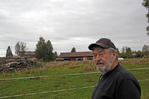 I början av sommaren upptäckte Erik Larsson att någon fällt skogen på hans tomt .