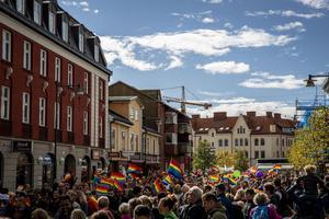 Pride-tågeti  Falun 2018. Efteråt fyllde deltagarna hela Stora torget. Det är också målet i år, säger Linnea Risinger, en av arrangörerna.