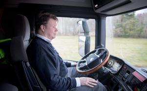 Henrik Pettersson, utvecklingsingenjör på Scania, kan ha händerna i knät medan lastbilen sköter sig själv.