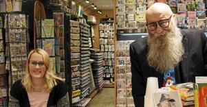 Anders Öhrn och bokens illustratör Jessica Schulze Britse signerar böcker hos Vängåvans bokhandel.