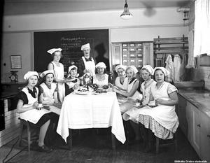 1934. Elever på Margareta hushållsskola i Örebro. Bilden beställd av fröken Bergström, Östra Bangatan 14. Bildkälla: Örebro stadsarkiv/Eric Sjöqvist.