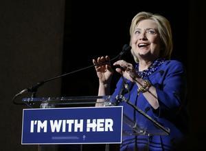 Många socialdemokrater slöt upp bakom Hillary Clinton med motiveringen att USA var redo för sin första kvinnliga president. Foto: Julie Jacobson / AP