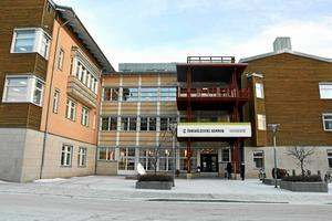 De kommunanställda har även fått order om att bli mer återhållsamma med fikat i stadshuset Kronan.