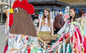 """Ellen och Linnea Dahlqvist delade ut godispåsar: """"Det är så kul att se när barnen blir glada"""