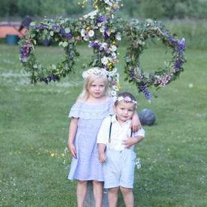 Selina och Miilo firar midsommar i kylbo i Dalarna. Foto: Alina