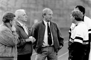 ÖSK-legendaren Orvar Bergmark i samspråk med journalisterna Bosse Jardler och Pelle Jacobson. Till höger skymtar materialaren Håkan Ludvigsson och läktaren Bo Althoff.