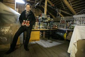 Abbe Ronsten med sin ölburkssamling, som han berättade om i en intervju 2014.