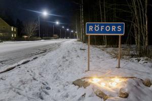 Vid infarten till Röfors hade marschaller tänts inför kvällens möte.