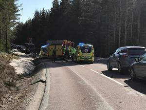 Två bilar frontalkrockade på väg 250.