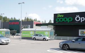 Vid såväl Stora Coop som Plantagen på Lyviksbergets handelsplats ska mannen ha försökt driva igenom återköp av varor utan att ha ett kvitto.
