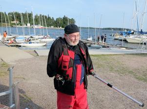 Pelle Schönning från Yxlö seglar med armproteser. FOTO: LASSE HALVARSSON