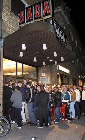 Föreställningarna på Saga lockade ofta mycket folk. Som här några minuter efter midnatt torsdagen den 19 augusti 1999 då 171 personer köade för att se premiären av Star Wars episode 1.Foto: Anders Abrahamsson