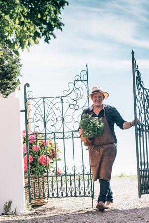 Foto: Rebecca Wallin. Karl Fredrik Gustafsson öppnar grindarna till sitt Eklaholm och pratar trädgårdstrender.