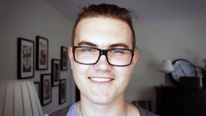 Calle Janevald är 18 år. För snart två år sedan blev han akut hjärtsjuk och fick en hjärtpump inopererad. Väntan på ett nytt hjärta har blivit vardag.