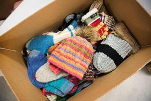 Det har stickats 800 mössor och mängder med raggsockor och vantar som nu packats i lådor.