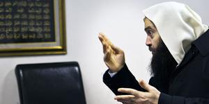 I ett inlägg på sin privata Facebooksida  förra sommaren skrev imamen Fekri Hamad  att han kunde hjälpa arbetslösa  personer att hitta jobb