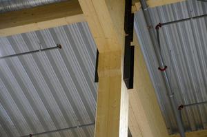 Det var denna punkt i taket som gick sönder vid takraset, men nu är det gjort som det ska, med lim mellan de två balkarna som bär upp taket.