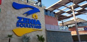 Zenia Boulevard är det största köpcentret i Alicanteprovinsen och har över 150 butiker. Utseendemässigt ska det efterlikna en typisk medelhavsstad med gator, torg och fontäner.