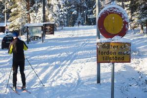 På tisdagskvällen körde en ung bilist bil och förstörde de nypreparerade skidspåren runt Stångtjärn, Falun.