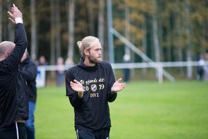 Tobias Eriksson klappar händerna strax innan slutsignalen.