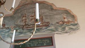 Den då unge konstnären Harald Lindberg stod för mycket av utsmyckningen. Det var en gåva av honom. Över ingången har han målat en Roslagsskuta i upprört hav och med en lotsbåt framför. Han målade även altartavlan, men den beställdes och betalades av dåvarande kronprinsen,  sedermera kung Gustav IV Adolf, samt prins Eugen.