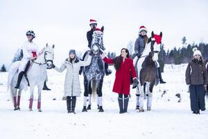 Sigrid Bergåkra och dottern Cecilia Bergåkra fick hålla i hästarna när skolan skickade upp en drönare i luften för att ta en bild.