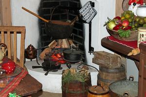 Elden sprakar i spisen i tomtemors kök.