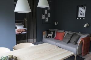 Väggen bakom soffan har förlängts för att det ska rymmas en större soffa och på det sättet kännas rymligare.