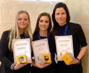Matilda Svenler, Anna Widing och Linda Odén fick alla pris efter VM i Kina. Bild: Svenskbandy.se