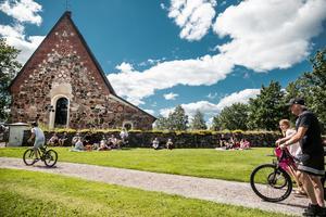 Många valde att slå sig ned för att fika vid stenmuren som omger Torsång kyrka.