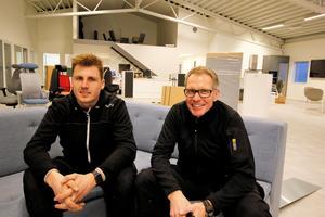 Andreas och Håkan Karlsson hann med några korta pauser vid flyttbestyren till den nya affärslokalen på Prästgatan som var full med hantverkare på fredagen.
