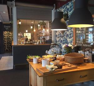 Bakverk, vegansk soppa och dagens vegetariska lunch är några exempel av Café torgets utbud.