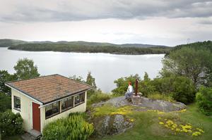 Sebastian Gunnesson har skaffat sig en kikare för att kunna se fågellivet över Ångermanälven på närmare håll.