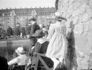 Publik vid slottet i samband med invigningen av statyn över Karl XIV Johan. I bakgrunden ses Centralpalatset. Foto: Örebro stadsarkiv/Waldemar Tegnér