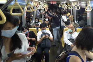 Människor i Taiwan bär ansiktsmask som skydd mot spridning av coronaviruset. Färre än 500 har bekräftats smittade och sju har avlidit.