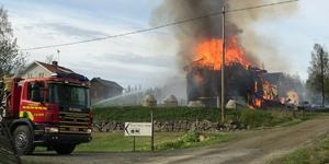Räddningstjänsten har ett knepigt arbete i Kvarnsjö, Bergs kommun. – Vi fick hålla oss på ett ställe där vi var skyddade medan vi gjorde kylningsarbetet, säger inre befäl Johan Wickenberg. Läsarbild.