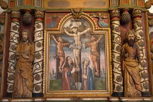 Mittenpartiet på den gamla altaruppsatsen i Ovanåkers kyrka. Korsfästelseskildringen flankeras av två skulpturer av Kristus och Moses.