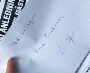 Flygbladet med Oredssons autograf som landade i paret Janssons brevlåda och som nu auktioneras ut på Tradera. Foto: Privat.