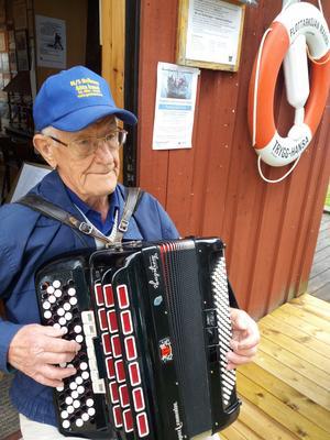 Vad vore en svensk sommar utan dragspelsmusik. Här spelar Olle Hedqvist, 86-årig musiker, underbara sommarvisor vid Marma Flottarkoja.