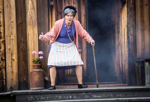 Kicki Korths-Aspegren, som svärmor, blir felbehandlad för sin åkomma och förorsakar en smärre eldsvåda.