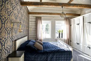 Sovrummet på övervåningen badar i eftermiddagsljus. Den egendesignade platsbyggda garderoben har Victoria beställt.