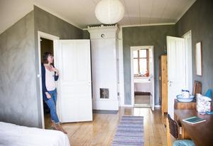 Sovrummet på övervåningen är inrett med loppade och ärvda möbler.