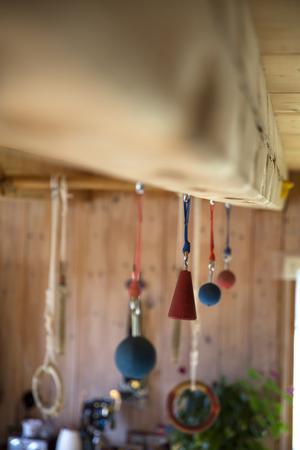 För att utmana greppstyrkan ordentligt finns flera olika varianter att hänga i. De runda är svårast.