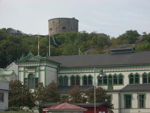 Tornet på Marstrandborgen syns lång väg bland alla små klippöar